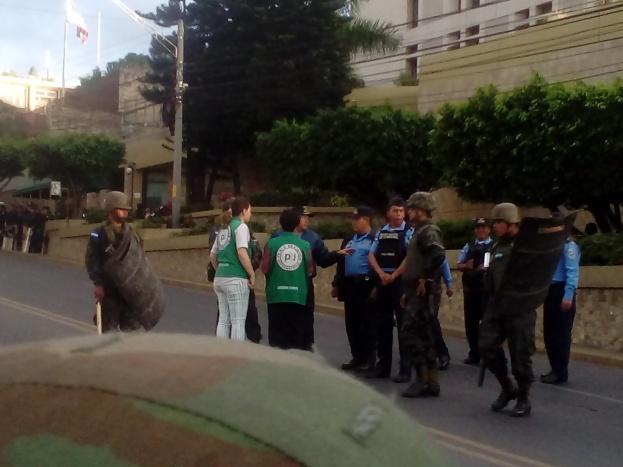 Militarización de la Embajada de Estados Unidos para impedir protestas contra su rol en el fraude electoral.