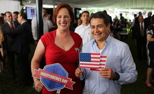 Fulton junto a Juan Orlando Hernández, gobernante hondureño, denunciado por supuesto fraude electoral.