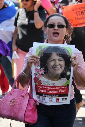 Las mujeres recordaron a Bertita, como le decían, y exigen castigo para los empresarios que ordenaron el crimen.