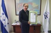 FOTO DR HERRERA RECIBE RECONOCIMIENTO DEL IAIP